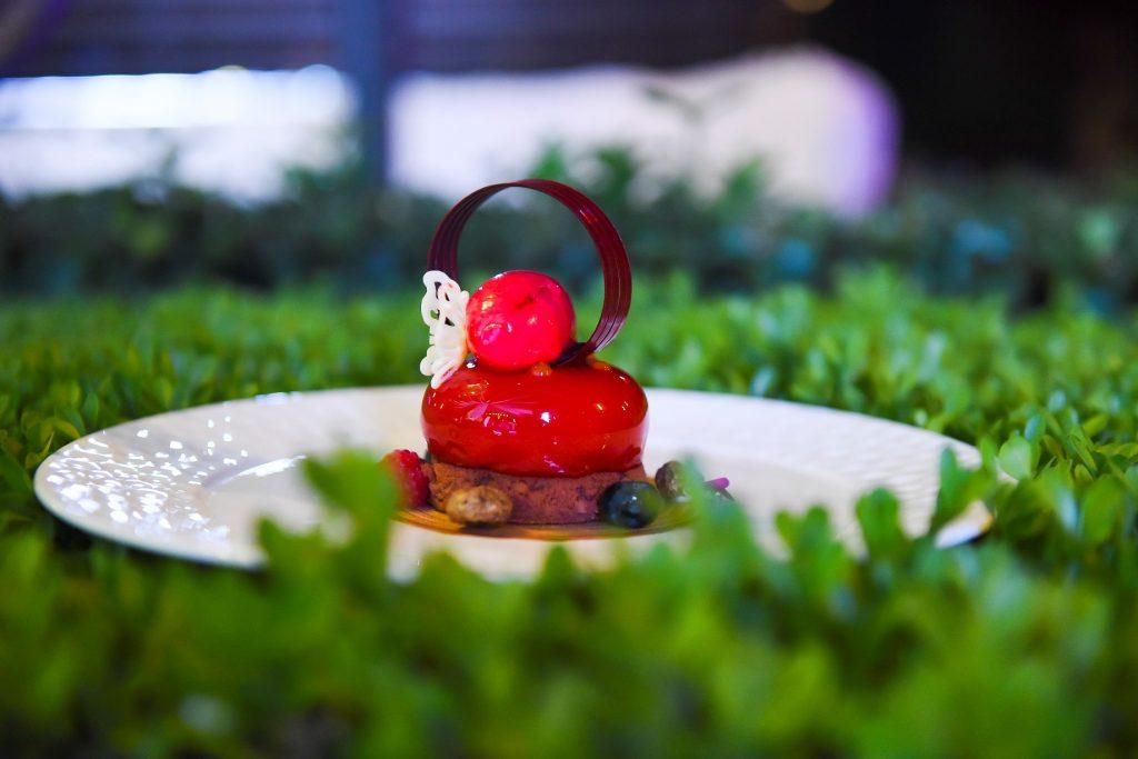"""12. """"高雅"""":由北京中国大饭店饼房厨师长吴迪特别呈现,以""""Elegant 高雅""""为灵感的芒果榛子蛋糕和树梅冰霜配榛子饼干碎"""