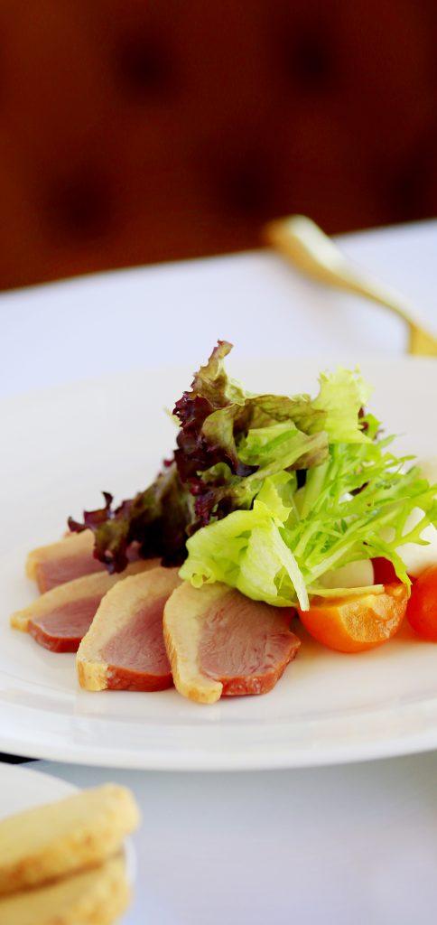烟熏鸭胸和蔬菜奶酪沙拉