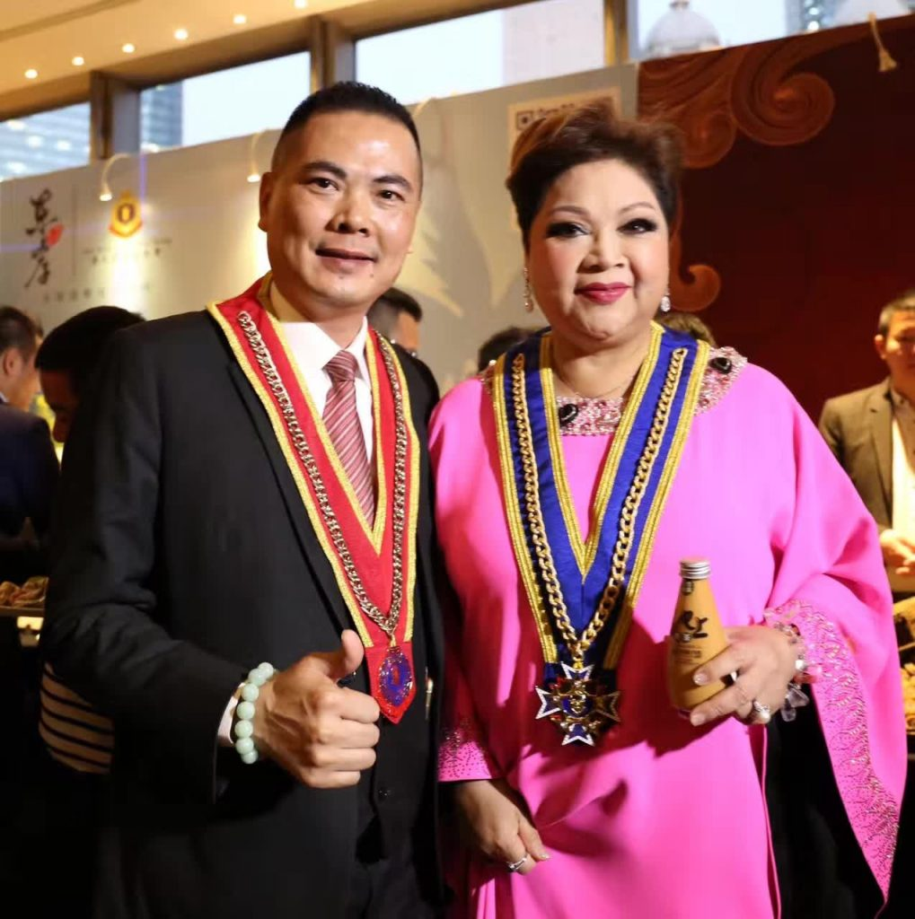 香港TVB美食节目主持人、国际歌星、影视红星肥妈与奶茶皇合影
