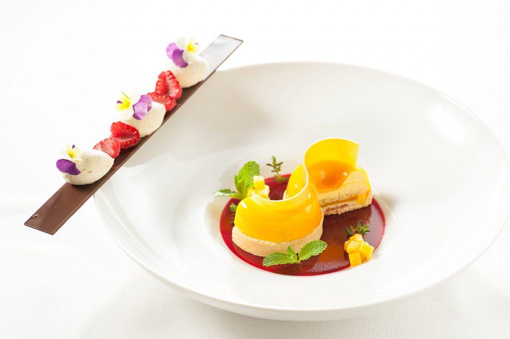 度、一个菜式的盘子选择,到菜单的选材、营养搭配的合理性都必亲力