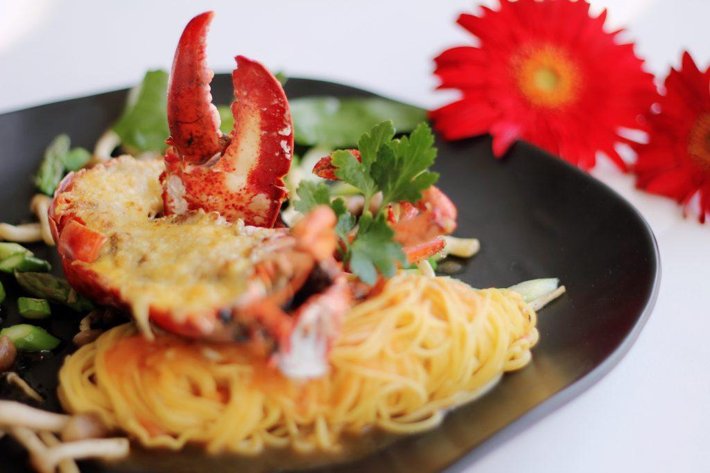 Lobster gratin with green angel hair焗龙虾芦笋天使面配蒜泥菌菇汁